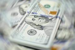 Σωρός των λογαριασμών εκατό δολαρίων στο υπόβαθρο χρημάτων Ρηχός τομέας βάθους Εκλεκτική εστίαση Στοκ εικόνα με δικαίωμα ελεύθερης χρήσης