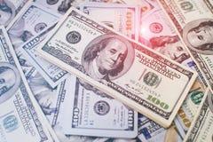 Σωρός των λογαριασμών εκατό δολαρίων στο υπόβαθρο χρημάτων Ρηχός τομέας βάθους Εκλεκτική εστίαση Στοκ Εικόνες