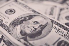 Σωρός των λογαριασμών εκατό δολαρίων στο υπόβαθρο χρημάτων Ρηχός τομέας βάθους Εκλεκτική εστίαση Στοκ Εικόνα