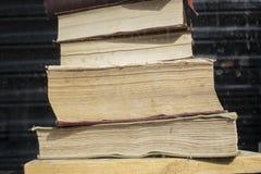 Σωρός των παλαιών βιβλίων με το σκοτεινό υπόβαθρο στοκ εικόνα με δικαίωμα ελεύθερης χρήσης