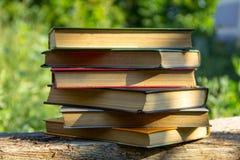 Σωρός των παλαιών βιβλίων στον ξύλινο πίνακα Στοκ Εικόνες