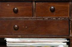 Σωρός των παλαιών επιστολών στα ξύλινα έπιπλα Στοκ Φωτογραφίες