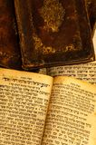 Σωρός των παλαιών και φορεμένων βιβλίων κάλυψης δέρματος με τη χρυσή αποτύπωση σε ανάγλυφο φύλλων στοκ φωτογραφίες