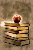 Σωρός των παλαιών βιβλίων με τη Apple στην κορυφή Στοκ Εικόνα