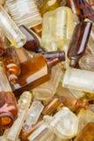 Σωρός των παλαιών βρώμικων μπουκαλιών για την πώληση στο bazaar ως υπόβαθρο Στοκ φωτογραφία με δικαίωμα ελεύθερης χρήσης