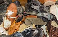 Σωρός των παλαιών διαφορετικών φορεμένων υποδημάτων Στοκ φωτογραφία με δικαίωμα ελεύθερης χρήσης