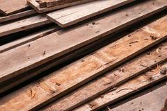 Σωρός των παλαιών ξύλινων κούτσουρων από το παλαιό σπίτι Στοκ Φωτογραφία