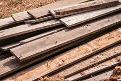 Σωρός των παλαιών ξύλινων κούτσουρων από το παλαιό σπίτι στοκ εικόνα με δικαίωμα ελεύθερης χρήσης