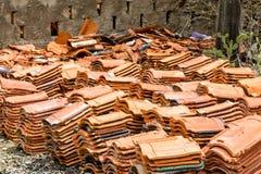 Σωρός των παλαιών σπασμένων κεραμιδιών στεγών Στοκ εικόνα με δικαίωμα ελεύθερης χρήσης