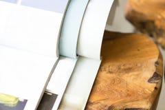 Σωρός των περιοδικών στο επιτραπέζιο καθιστικό στοκ εικόνες