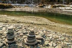 Σωρός των πετρών, μπλε λίμνες στον ποταμό Katun, περιοχή Chemalsky, Δημοκρατία Altai, Ρωσία Στοκ φωτογραφία με δικαίωμα ελεύθερης χρήσης