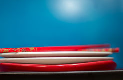Σωρός των πιάτων και chopsticks Στοκ εικόνα με δικαίωμα ελεύθερης χρήσης