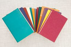 Σωρός των πολύχρωμων βιβλίων, δέσμη των πολύχρωμων βιβλίων, σωρός ο Στοκ Εικόνες