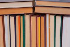 Σωρός των πολύχρωμων βιβλίων, δέσμη των πολύχρωμων βιβλίων, σωρός ο Στοκ Φωτογραφία