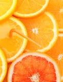 Σωρός των πορτοκαλιών φετών φρούτων με το χυμό Στοκ Εικόνες