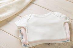 Σωρός των πουκάμισων μωρών στοκ φωτογραφίες