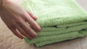 Σωρός των πράσινων πετσετών απόθεμα βίντεο