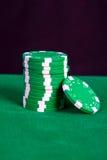 Σωρός των πράσινων τσιπ σε έναν πράσινο πίνακα παιχνιδιού Στοκ Εικόνα