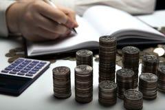 Σωρός των ρωσικών νομισμάτων στο υπόβαθρο της εργασίας ως accoun Στοκ Εικόνες