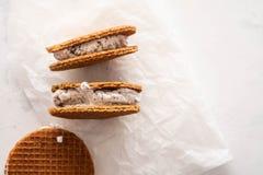 Σωρός των σάντουιτς παγωτού με τα μπισκότα που απομονώνονται σε ένα άσπρο υπόβαθρο διάστημα αντιγράφων στοκ φωτογραφία με δικαίωμα ελεύθερης χρήσης