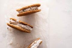 Σωρός των σάντουιτς παγωτού με τα μπισκότα που απομονώνονται σε ένα άσπρο υπόβαθρο διάστημα αντιγράφων στοκ εικόνες με δικαίωμα ελεύθερης χρήσης