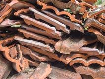Σωρός των σπασμένων κεραμιδιών Στοκ φωτογραφία με δικαίωμα ελεύθερης χρήσης