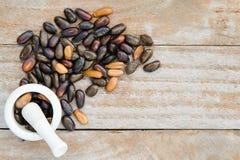 Σωρός των σπόρων ή των πυρήνων μήλων κρέμας που απομονώνονται στο ξύλο με το bla Στοκ εικόνες με δικαίωμα ελεύθερης χρήσης
