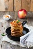 Σωρός των τηγανιτών από το αλεύρι φαγόπυρου με τα ψημένα μήλα και την κανέλα στο παλαιό ξύλινο υπόβαθρο πρόγευμα υγιές Στοκ Φωτογραφίες