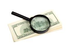 Σωρός των τραπεζογραμματίων αμερικανικών δολαρίων και πιό magnifier Στοκ Εικόνα