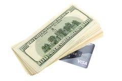 Σωρός των τραπεζογραμματίων αμερικανικών δολαρίων και της πιστωτικής κάρτας Στοκ εικόνες με δικαίωμα ελεύθερης χρήσης