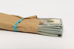 Σωρός των τραπεζογραμματίων δολαρίων και του καφετιού φακέλου Στοκ Εικόνα