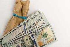 Σωρός των τραπεζογραμματίων δολαρίων και του καφετιού φακέλου Στοκ εικόνες με δικαίωμα ελεύθερης χρήσης