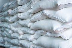 Σωρός των τσαντών ζάχαρης ή αλευριού στην αποθήκη εμπορευμάτων Στοκ εικόνες με δικαίωμα ελεύθερης χρήσης