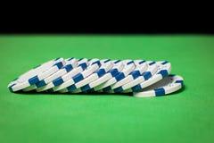 Σωρός των τσιπ πόκερ σε έναν πράσινο πίνακα Στοκ Φωτογραφίες