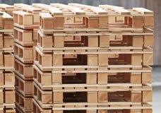 Σωρός των τυποποιημένων ξύλινων παλετών Στοκ Φωτογραφίες