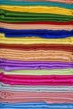 Σωρός των υφασμάτων υφασμάτων σε μια υπαίθρια αγορά οδών στην Ινδία Στοκ Εικόνες