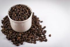 Σωρός των φασολιών καφέ σε μια κούπα με Defocus στοκ εικόνες