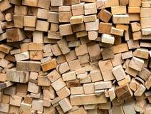 Σωρός των φρέσκων ξύλινων κούτσουρων περικοπών Στοκ Εικόνα