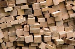Σωρός των φρέσκων ξύλινων κούτσουρων περικοπών Στοκ Εικόνες