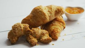 Σωρός των φρέσκων croissants απόθεμα βίντεο