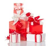 Σωρός των φωτεινών κιβωτίων δώρων που διακοσμούνται τα κόκκινα και άσπρα τόξα που απομονώνονται με στο λευκό Στοκ φωτογραφία με δικαίωμα ελεύθερης χρήσης