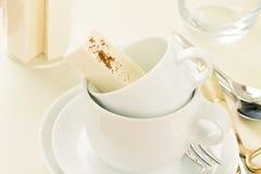 Σωρός των φλυτζανιών καφέ με τις καραμέλες ιδρώτα Στοκ Εικόνες