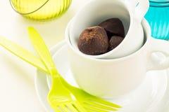 Σωρός των φλυτζανιών καφέ με τις τρούφες σοκολάτας στοκ εικόνα