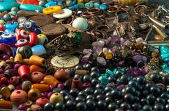 Σωρός των χαντρών, των κουμπιών, των μαύρων μαργαριταριών και των διακοσμητικών εξαρτημάτων Στοκ Φωτογραφία