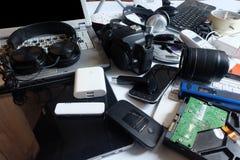 Σωρός των χρησιμοποιημένων ηλεκτρονικών αποβλήτων στο άσπρο υπόβαθρο, στοκ φωτογραφίες