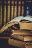Σωρός των χρησιμοποιημένων παλαιών ανοιγμένων βιβλίων, όγκοι με την εντυπωσιασμένη κάλυψη στο υπόβαθρο, πανεπιστημιακή εκπαίδευση Στοκ φωτογραφία με δικαίωμα ελεύθερης χρήσης