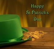Σωρός των χρυσών νομισμάτων μέσα στην πράσινη ημέρα του ST Patricks καπέλων Στοκ εικόνες με δικαίωμα ελεύθερης χρήσης