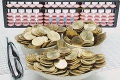 Σωρός των χρυσών νομισμάτων σε κεραμικό ως σκάφος και θεάματα Στοκ Φωτογραφίες