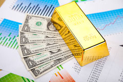 Σωρός των χρυσών φραγμών, περιβαλλοντική οικονομική έννοια Στοκ Εικόνες