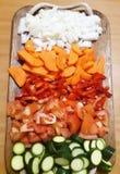 Σωρός των χρωματισμένων λαχανικών στον ξύλινο δίσκο στοκ φωτογραφία με δικαίωμα ελεύθερης χρήσης